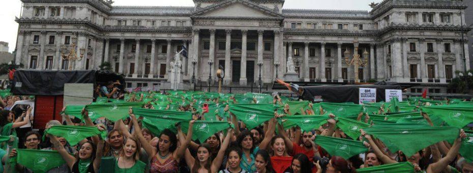La cooperativa feminista detrás de los pañuelos verdes que colmarán el #8M
