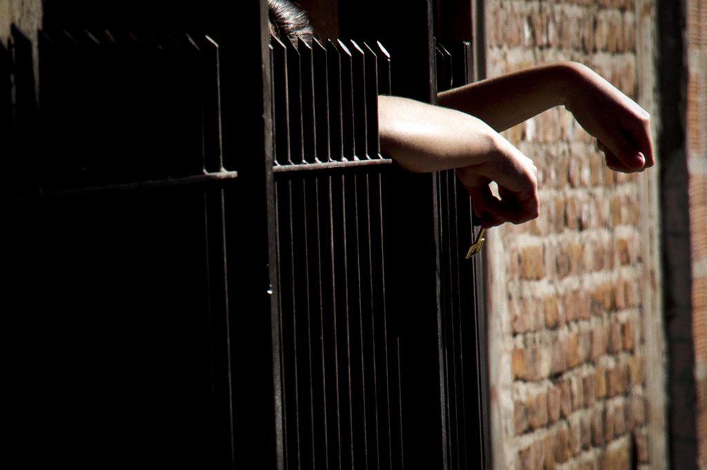 """""""Mujeres Trans privadas de su libertad: la invisibilidad tras los muros"""" es el título de un nuevo informe regional que hace foco en las condiciones de vida de las mujeres trans y travestis privadas de la libertad. Es el resultado de la investigación 9 organizaciones de defensa y derechos humanos de América Latina y el Caribe. Lxs autorxs hicieron entrevistas en cárceles de Argentina, Bolivia, Brasil, Chile, Colombia, México y Uruguay para dar cuenta del panorama regional."""