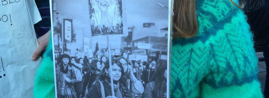 Llevar un cartel con la foto de Anahí llevando un cartel