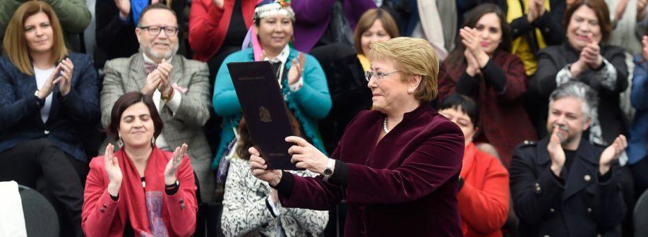 Bachelet promulgó la ley de aborto bajo tres causales