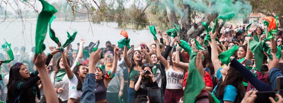 Celebración feminista: un pañuelazo en la laguna de Trelew